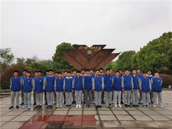 芜湖十二中2020级航空实验班师生赴空军某部开展航空特色教育活动